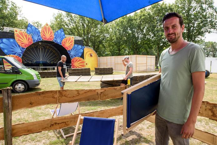 Don Driessen bij de opbouw van Flavourz Festival, met op de achtergrond het hoofdpodium.