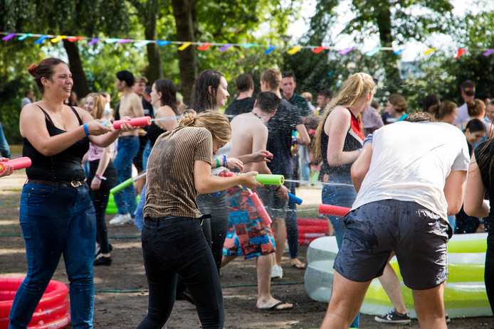 Studenten gaan elkaar te lijf tijdens het watergevecht in het Valkhof Park.