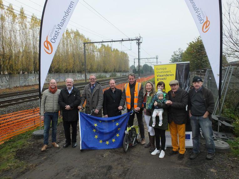 Gisteren werd door de stad Deinze, gedeputeerde Peter Hertog, Werner Van den Stockt van EFRO en enkele buurtbewoners de eerste spadesteek gegeven op het stuk tussen de Tonnestraat en de Sint-Hubertstraat.