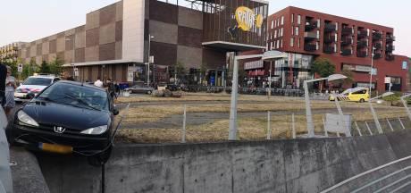Auto stort bijna in tunnelbak De Nieuwe Poort in Amersfoort