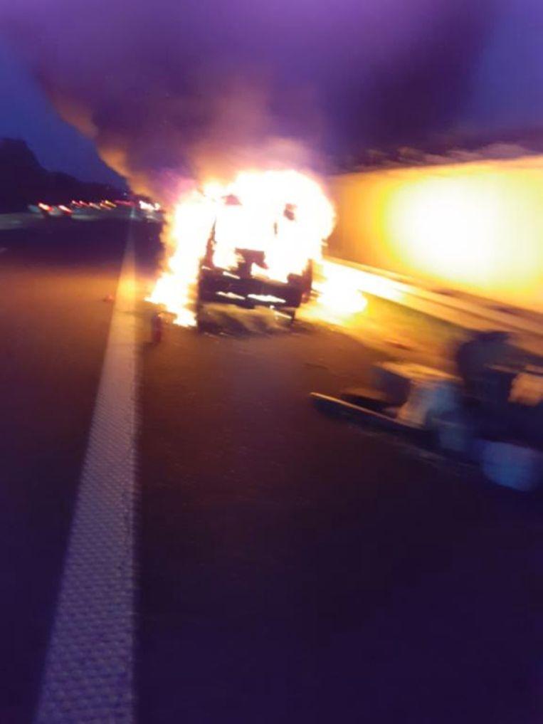 De Renault brandde volledig uit.