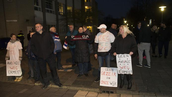 Spijkenissers protesteren tegen de komst van het asielzoekerscentrum.
