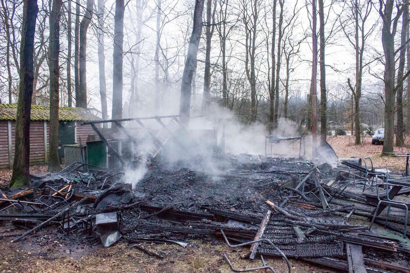 Het uitgebrande gebouw stond in de bossen aan de D.W. van Vreeswijklaan in Eerbeek.