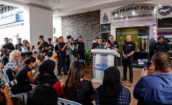 Tijdens een druk bijgewoonde persconferentie geeft de politie uitleg over de lijkschouwing.