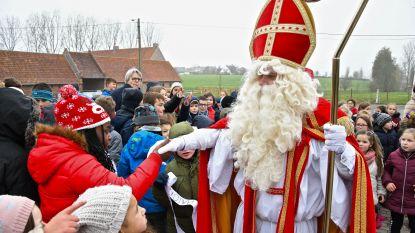 Politie brengt verloren gelopen Sinterklaas naar Barthelschool
