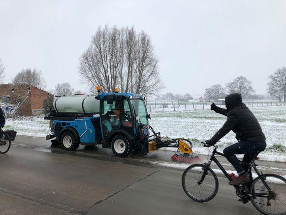 Duim omhoog voor de arbeider die de sneeuw ruimt op het fietspad in de Expoelstraat.
