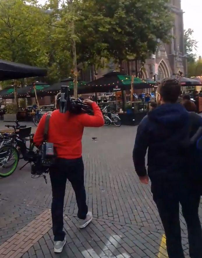 Journalisten van Omroep Brabant vertrekken nadat ze werden lastiggevallen tijdens hun werk