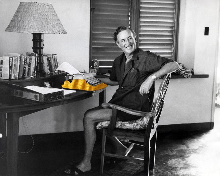 Ian Fleming aan het werk in Jamaica. Beeld Hollandse Hoogte