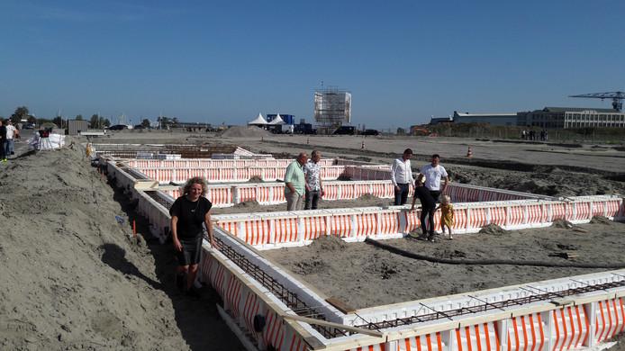 Wendy Verhoeff (links) probeert zich voor te stellen hoe haar hoekhuis in de nieuwe wijk De Vesting er over een jaar uitziet.