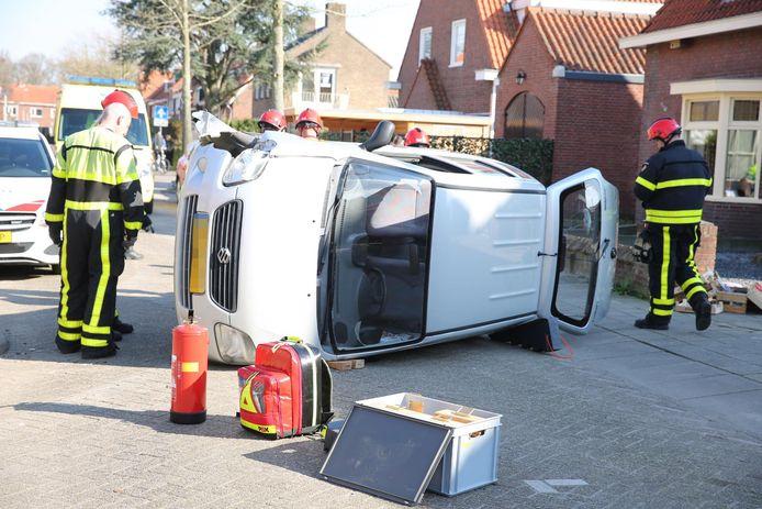 De auto sloeg om en kwam op zijn zijkant terecht.