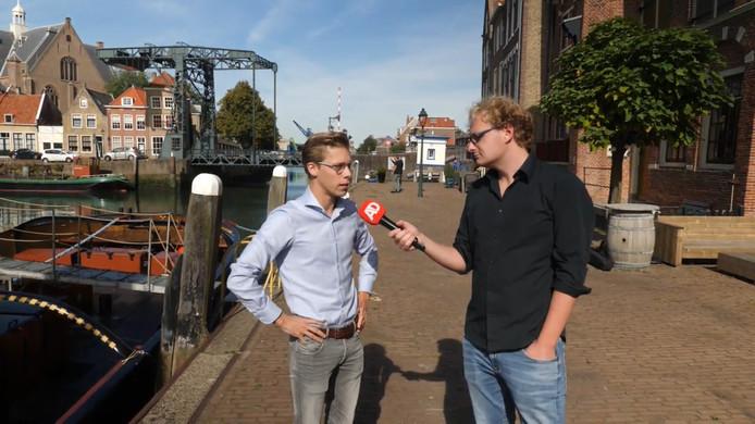Jesse de Jong en verslaggever Tjerk van der Ende in het centrum van Maassluis