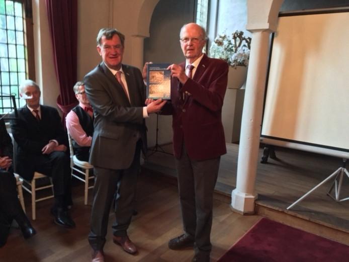 Foto uitreiking deel 25 Historische Reeks aan burgemeester Henk Hellergers