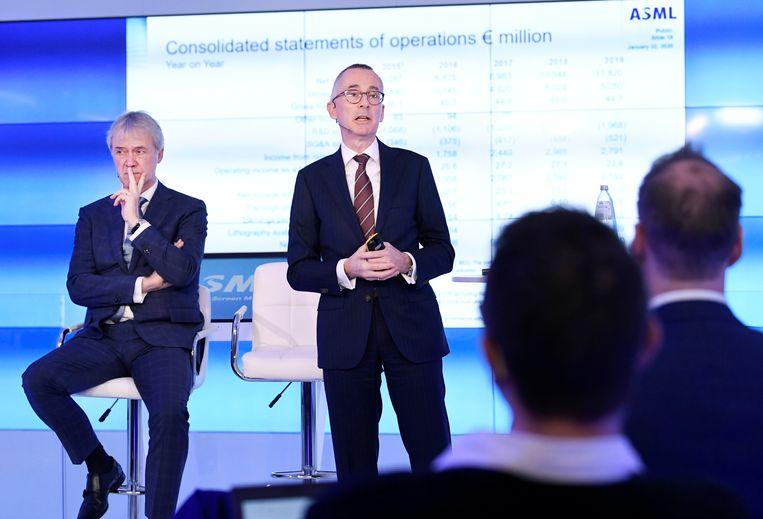 Financieel directeur Roger Dassen en bestuursvoorzitter Peter Wennink (links) tijdens de toelichting op de resultaten van ASML over 2019. Beeld Reuters