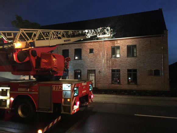 De brandweer was snel ter plaatse en kreeg het vuur snel onder controle. De schade aan het dak was echter wel groot. De woning werd onbewoonbaar verklaard.