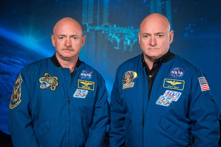 Scott Kelly (r.) naast zijn tweelingsbroer Mark Kelly (l.).