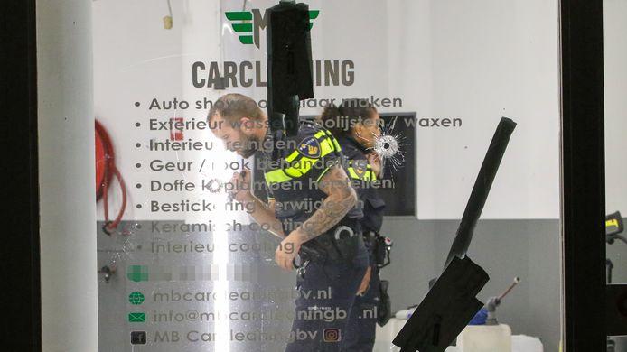 De politie kwam binnen 24 uur twee keer af op kogelgaten in de ruiten van het autoschoonmaakbedrijf in Vlaardingen.