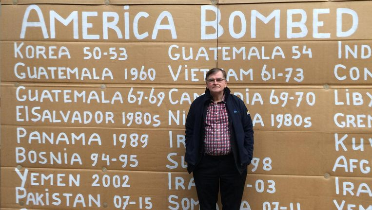 Hugo Jansen met een van zijn billboards. Beeld