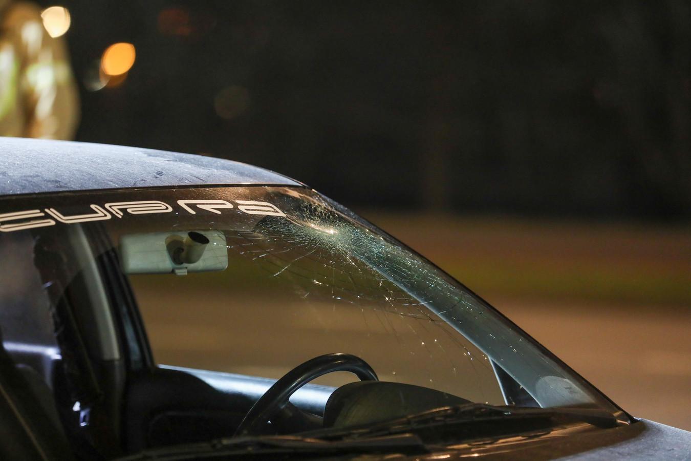 De voorruit van de auto raakte flink beschadigd.