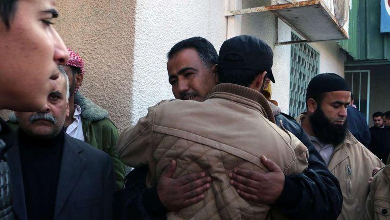 Familie en vrienden van Tayseer al-Ismary treuren voor het Nasir-hospitaal in Khan Yunis.
