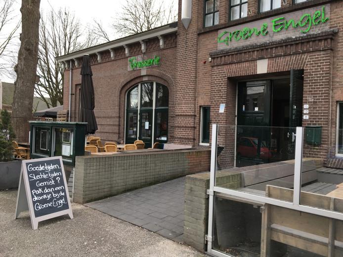 Met een bord vol zelfspot nodigde horecabedrijf Solo & Duo mensen uit om het café van de Groene Engel te bezoeken. Het restaurant is al een tijdje gesloten door een kapotte vloer.