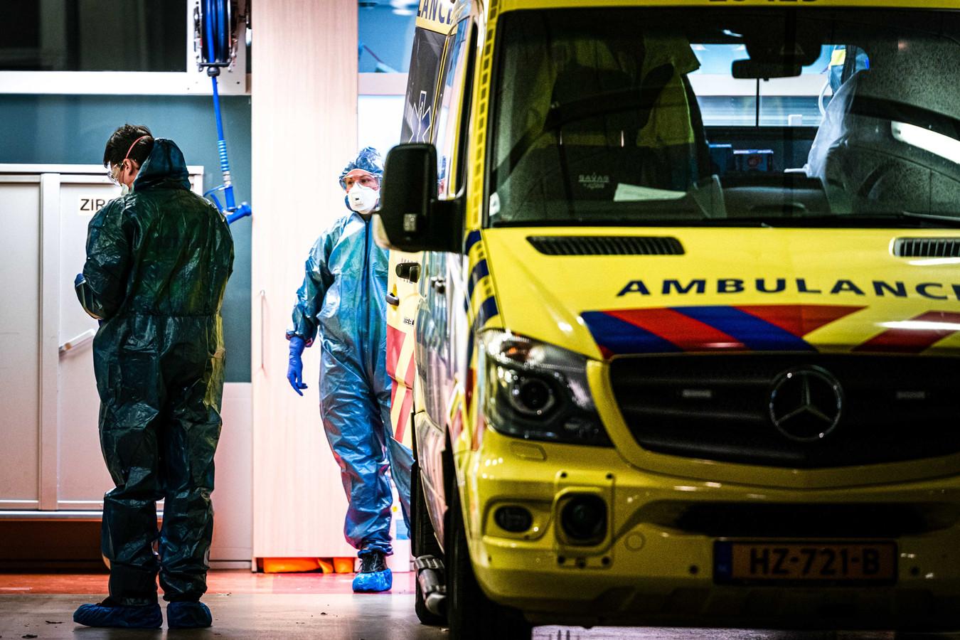 Ziekenhuismedewerkers maken een coronapatiënt gereed voor herplaatsing vanuit het TweeSteden ziekenhuis in Tilburg.