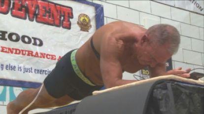 62-jarige plankt meer dan 8 uur en vestigt wereldrecord