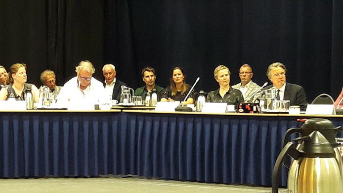 Commissaris van de Koning Wim van de Donk uiterst rechts.
