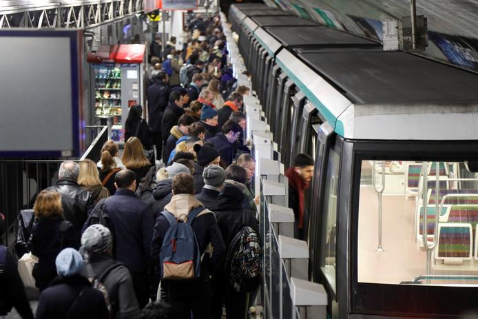 Forensen proberen op de 33ste stakingsdag in metrostation Chateau de Vincennes een plek te bemachtigen in een van de weinige nog rijdende toestellen