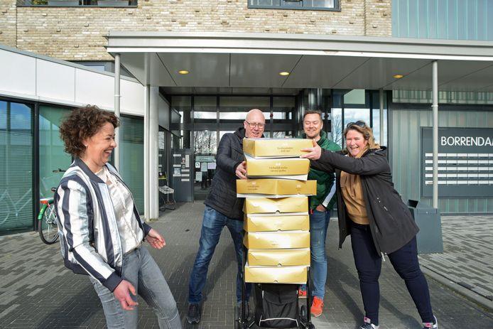 Ondernemersvereniging BNI verrast personeel en bewoners van zorgcentrum Borrendamme met 600 bolussen.
