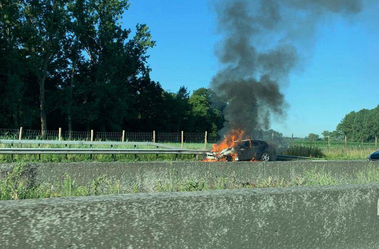 De auto stond in lichterlaaie toen de brandweer ter plaatse kwam.