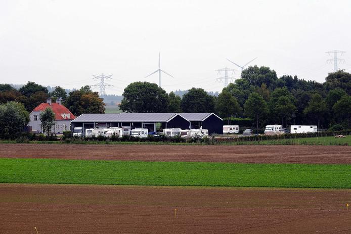 De omstreden caravanstalling van VVD-raadslid Rian Govers aan de Tholenseweg in Halsteren.
