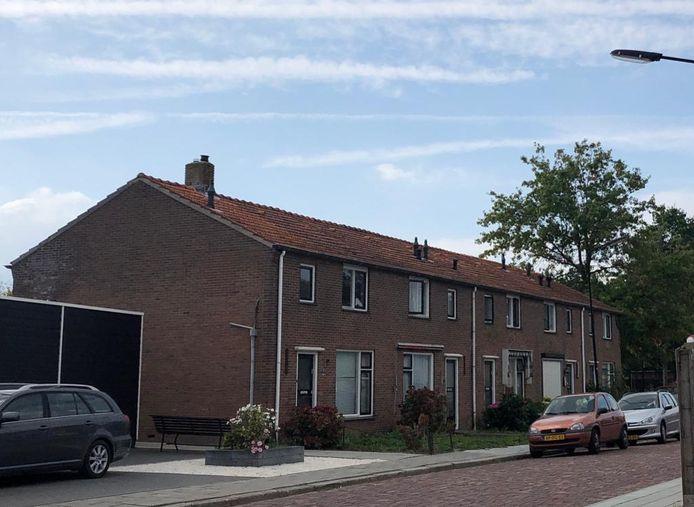 De voorkant van de te slopen woningen aan de Meidam in Kruiningen