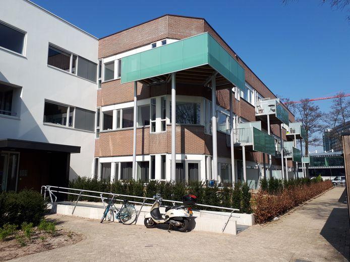 De steekpartij met dodelijke afloop vond plaats in een tot appartementencomplex omgebouwd kantoor aan de Larikslaan in Leusden.