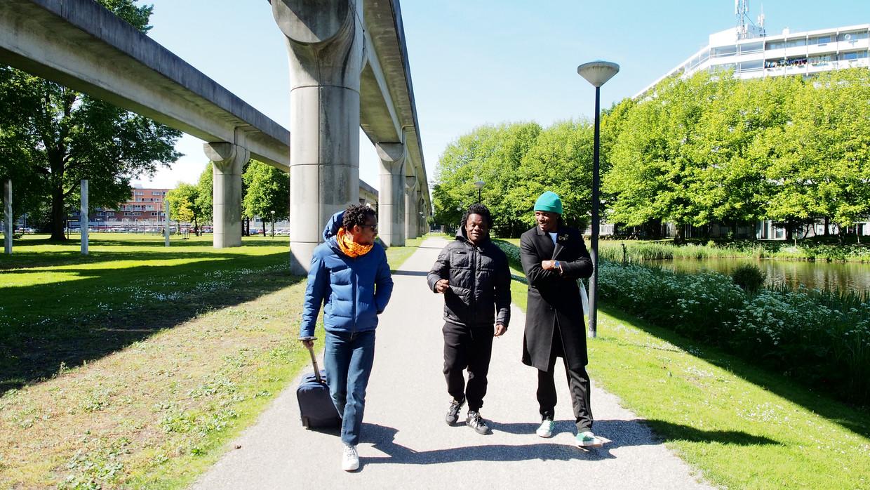 Faustin Linyekula (links) verkent de route met dansers Dinozord (midden) en Yves Mwamba.  Beeld Hans Smit