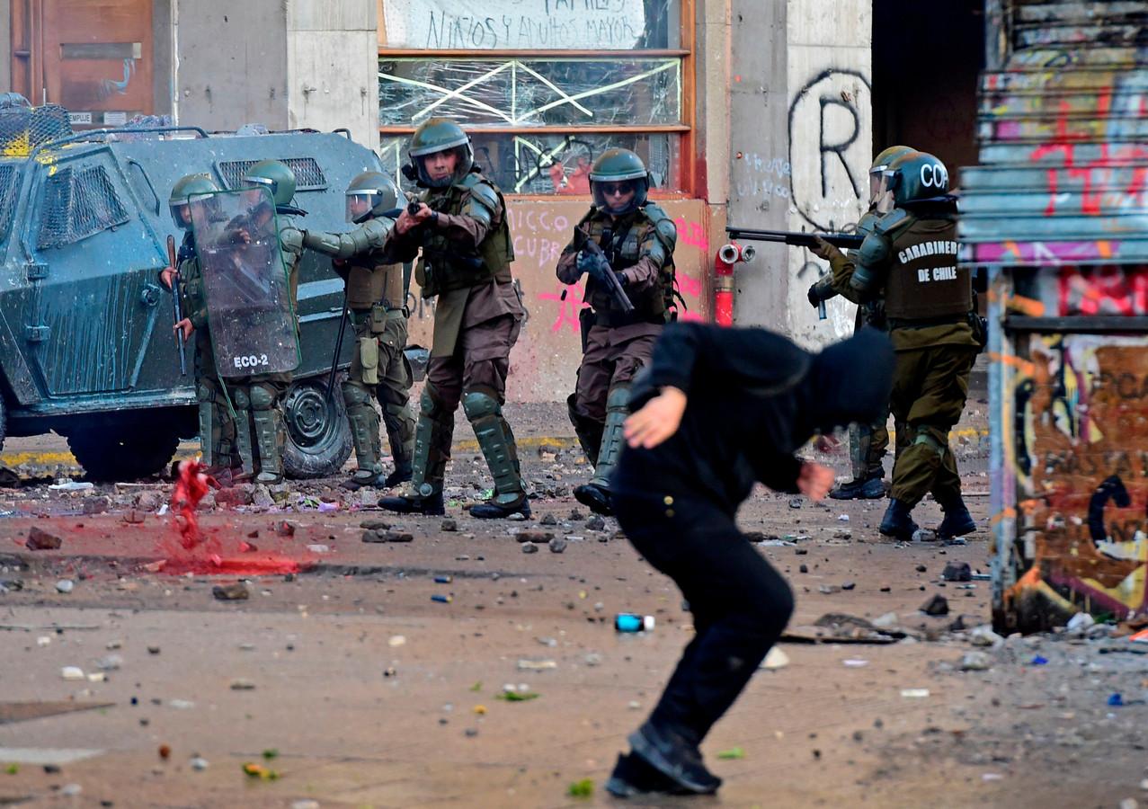 Betogers in Chili in gevecht met de oproerpolitie.
