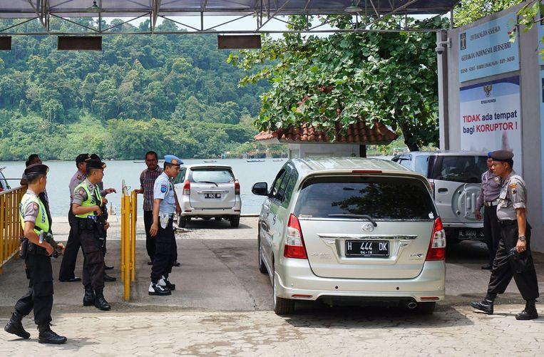 Indonesische agenten bereiden zich voor op de executie van zes personen, een van de ter dood veroordeelden is Ang Kiem Soei. Beeld null