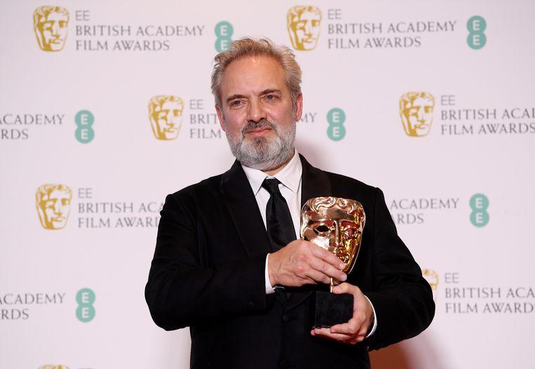 Regisseur Sam Mendes met de award voor beste film. Beeld null