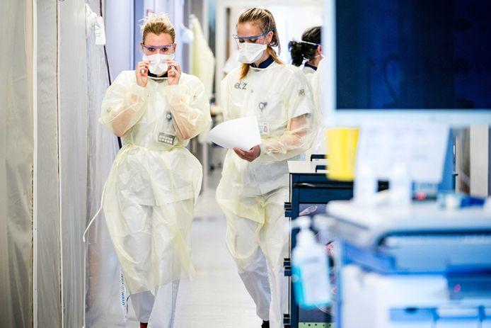 Verpleegsters op de cohortafdeling van het Elisabeth TweeSteden Ziekenhuis (ETZ) in Tilburg.