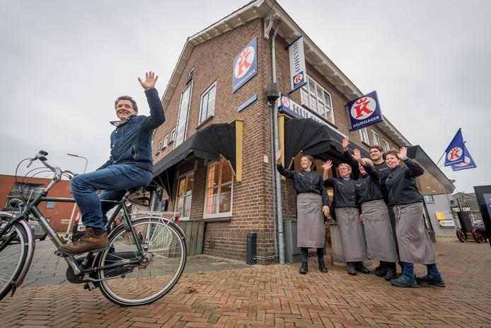 Het personeel van Keurslager Hulshof zwaait eigenaar Bas Gillis uit. Links Marieke Hesselink, Gillis' opvolger.