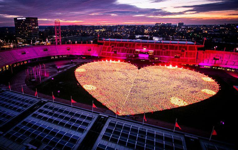 Duizenden lampionnen in de vorm van een groot hart in het Olympisch Stadion.