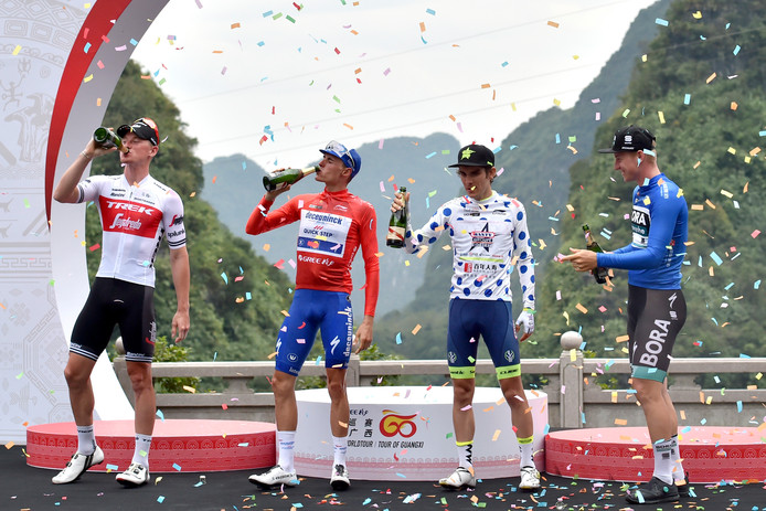 Champagne op het podium in China. In het rood eindwinnaar Enric Mas, uiterst rechts etappewinnaar Pascal Ackermann.