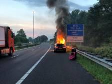 Auto in brand op vluchtstrook A59 bij Vlijmen