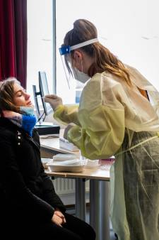 Annemijn (17) uit Apeldoorn heeft de primeur: eerste coronasneltest op school in Nederland