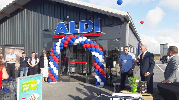Wethouder Adrie van der Maas verrichte de openingshandeling van de Aldi.