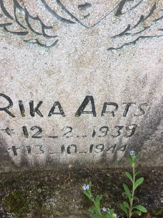 De grafsteen van Rika Arts.