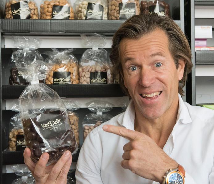 Oscar de Lange koestert zijn pepernoten en kruidnoten.