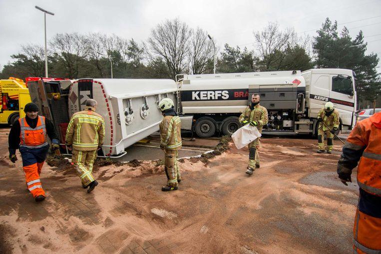 De brandweer moest vele liters mazout opruimen.