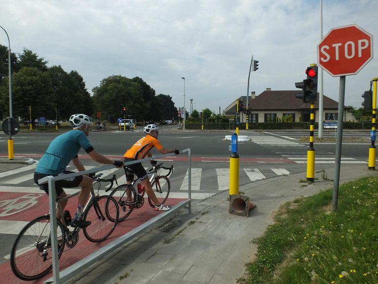 Aan het kruispunt Veldstraat-Volhardingslaan (N35) werden aan beide kant 'velobaars' geplaatst.