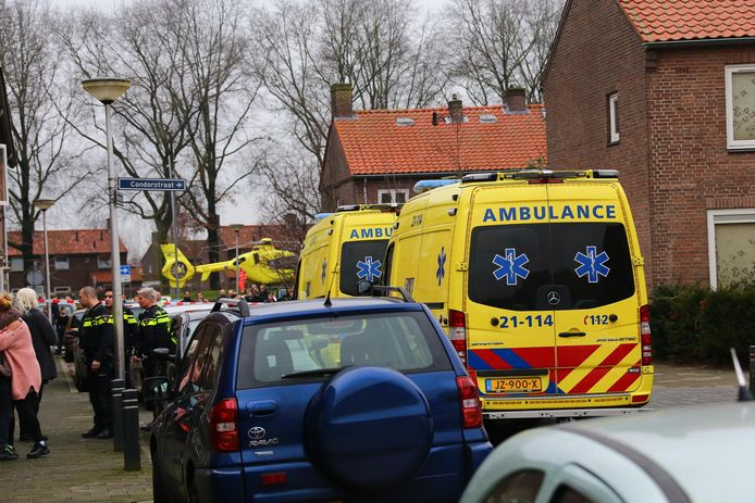 Hulpdiensten op straat na de steekpartij in de Sperwerstraat in Oss.