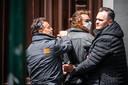 Jasper van den Elshout wordt in Den Bosch door beveiligers van Thierry Baudet afgevoerd.